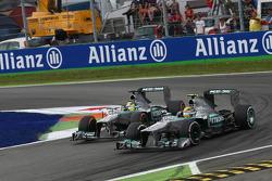 Lewis Hamilton, Mercedes AMG F1 W04 y Nico Rosberg, Mercedes AMG F1 W04 lucha por la posición