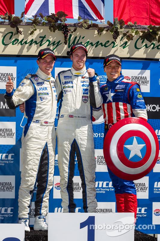 corrida 1 Independente class pódio: primeiro lugar Alex MacDowall, segundo lugar James Nash, terceiro lugar Stefano DAste
