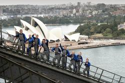 Les pilotes de rallye sur le pont de Sydney Harbour