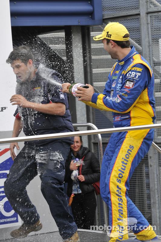 Andrew Jordan pulveriza membro da equipe com Champagne