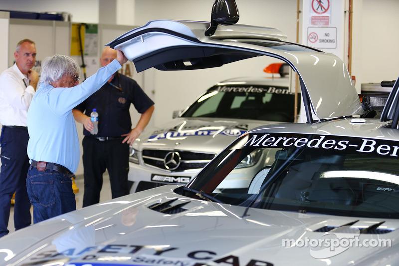 Bernie Ecclestone, CEO Formula One Group, met de FIA Safety Car