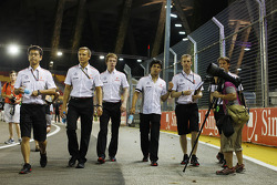 Sergio Perez, McLaren walks the circuit with Oliver Turvey, McLaren Test Driver and the team