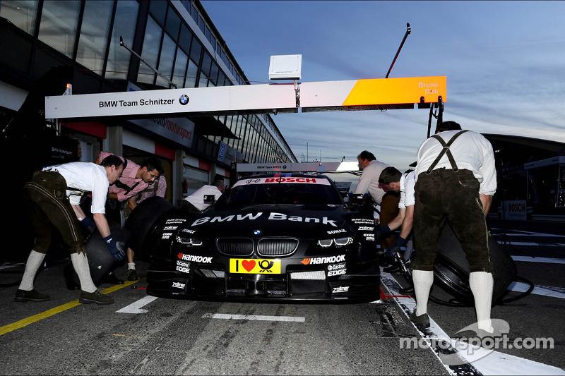 Bruno Spengler pitstop in Lederhose-wedstrijd