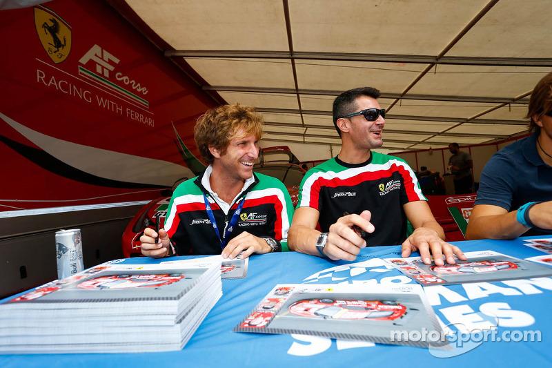 AF Corse coureurs bij de handtekeningensessie