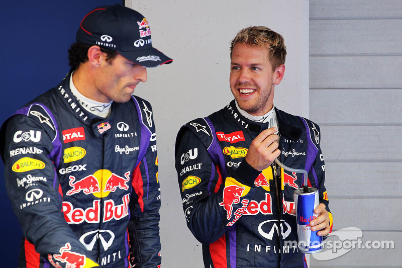 (L naar R): Mark Webber, Red Bull Racing met teamgenoot Sebastian Vettel, Red Bull Racing in parc ferme