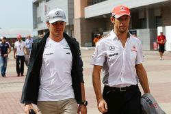 (L naar R): Nico Rosberg, Mercedes AMG F1 met Jenson Button, McLaren bij de rijdersparade
