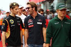 (L naar R): Romain Grosjean, Lotus F1 Team met Jean-Eric Vergne, Scuderia Toro Rosso en Charles Pic, Caterham bij de rijdersparade