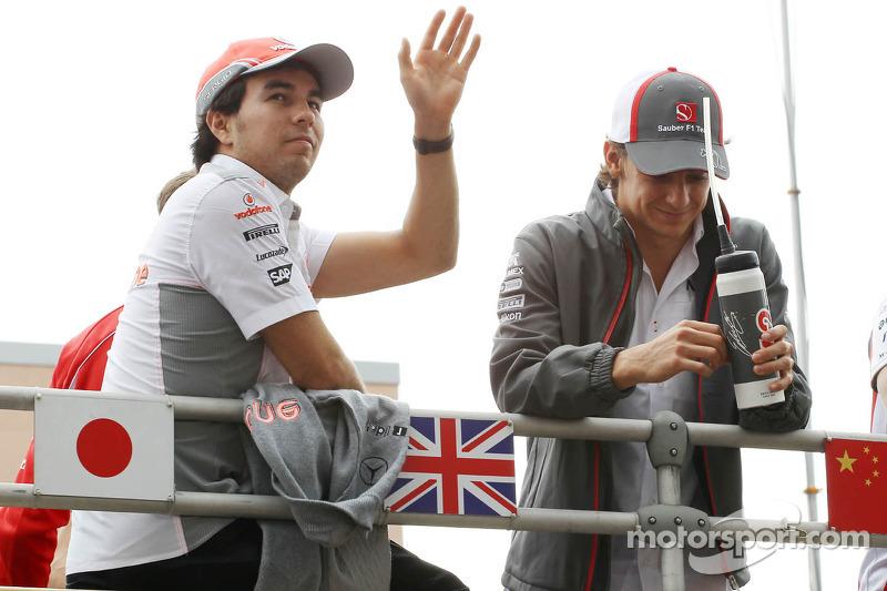 (L naar R): Sergio Perez, McLaren en Esteban Gutierrez, Sauber bij de rijdersparade