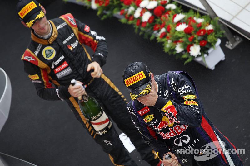 O vencedor Sebastian Vettel, Red Bull Racing comemora no pódio com terceiro colocado Romain Grosjean, Lotus F1 Team
