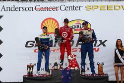 Ganador de la carrera Scott Dixon; Simona de Silvestro el segundo lugar y tercer lugar Justin Wilson