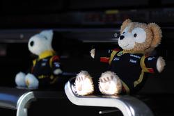 Las mascotas del equipo Lotus F1 en la entrada de los pits