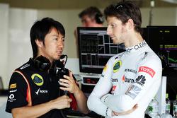 Romain Grosjean, Lotus F1 Team met Ayao Komatsu, Lotus F1 Team Race Engineer
