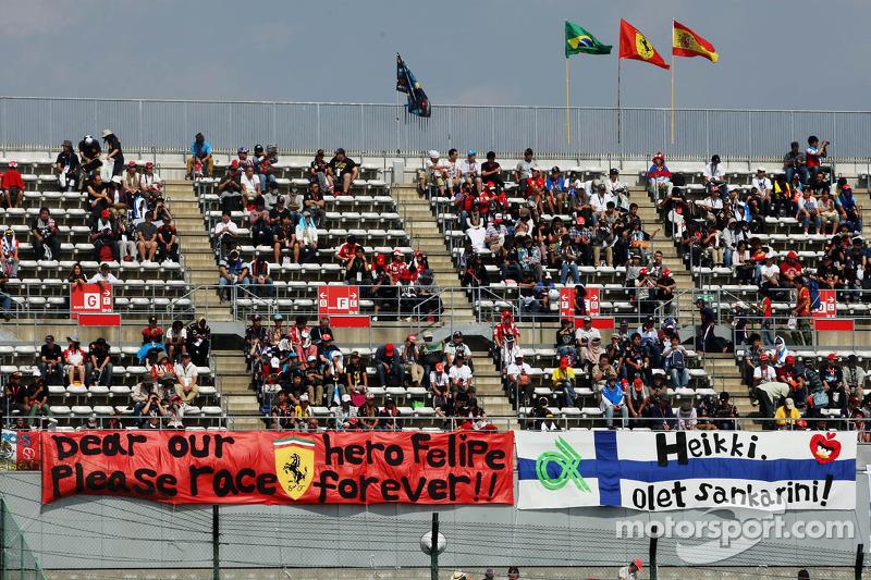 Banners voor Felipe Massa, Ferrari en Kimi Raikkonen, Lotus F1 Team