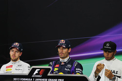 Sebastian Vettel, Red Bull Racing, segundo; Mark Webber, Red Bull Racing, ganador de la pole y Lewis Hamilton, Mercedes AMG F1 tercero en la conferencia de prensa