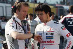 Sergio Perez, McLaren com Mark Temple, McLaren Engenheiro de Corrida no grid