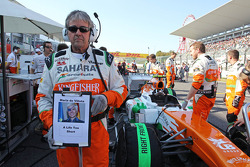 Startaufstellung: Neil Dickie, Sahara Force India F1 Team, mit einer Botschaft für Maria De Villota