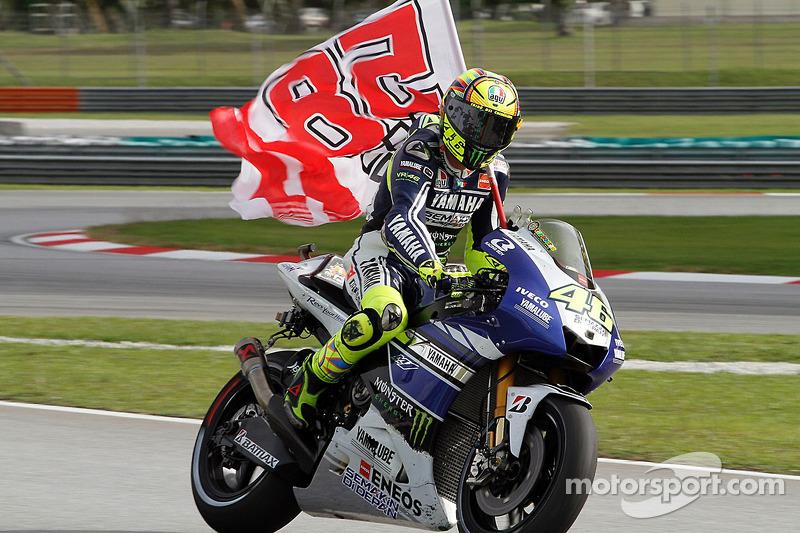 Valentino Rossi, Yamaha Factory Racing con una bandiera in ricordo di Marco Simoncelli