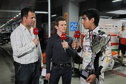 (L naar R): Ted Kravitz, Sky Sports Pitlane Reporter met Anthony Davidson, Sky Sports F1 Commentator en Jehan Daruvala, Sahara Force India Academy-coureur, winnaar van het British KF3 Karting Championship