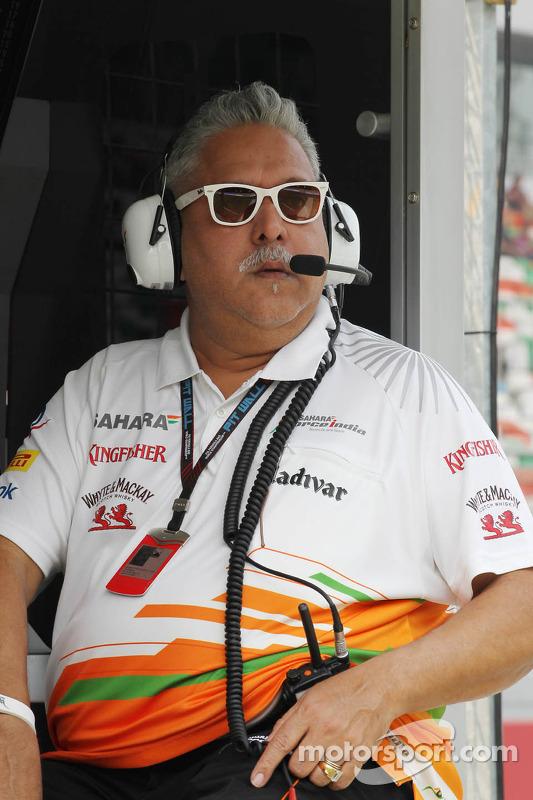 Dr. Vijay Mallya, dono da equipe Sahara Force India F1, no pit