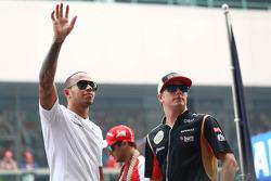 Lewis Hamilton, Mercedes AMG F1 y Kimi Raikkonen, Lotus F1 Team en el desfile de pilotos