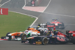 Paul di Resta, Sahara Force India VJM06 and Daniel Ricciardo, Scuderia Toro Rosso STR8 at the start of the race