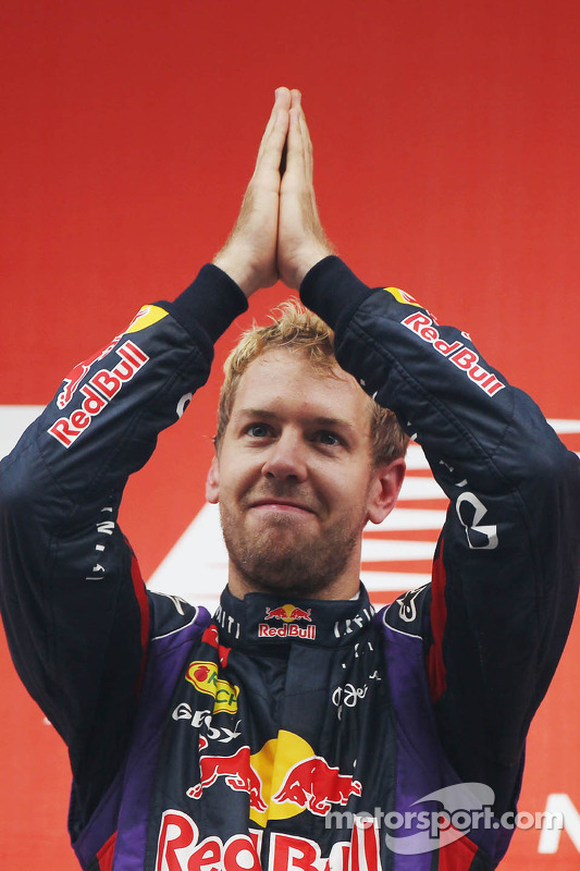 O vencedor e World Champion Sebastian Vettel, Red Bull Racing comemora no pódio