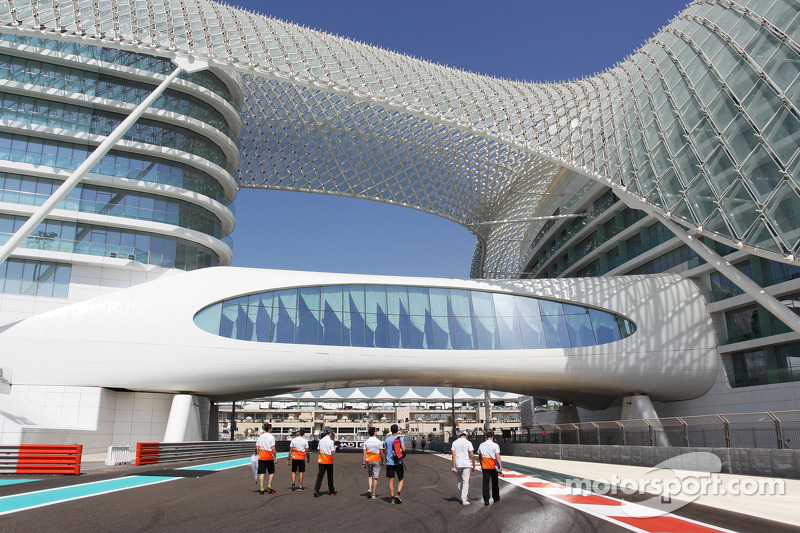 Adrian Sutil en James Calado, Derde rijder Sahara Force India op het circuit met het team