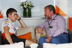 (Izq. A Der.): Paul di Resta, del equipo Sahara Force India F1 con Richard Goddard, entrenador de pilotos