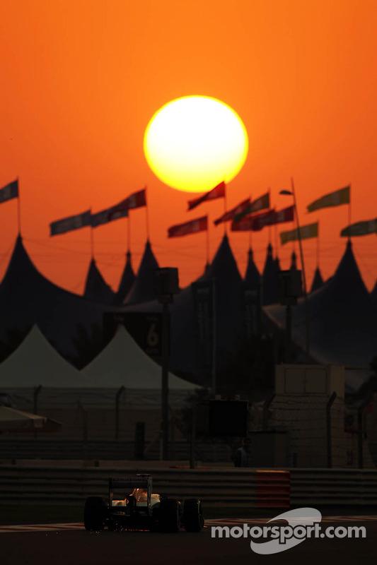 Paul di Resta, Sahara Force India VJM06 com sparks under the carro
