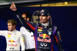 Mark Webber, del Red Bull Racing festeja su pole position en el parc ferme con su compañero de equipo Sebastian Vettel