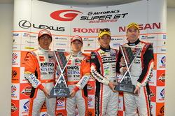 GT500 vencedores Kazuya Oshima, Yuji Kunimoto e GT300 vencedores da classe Katsuyuki Hiranaka, Bjorn