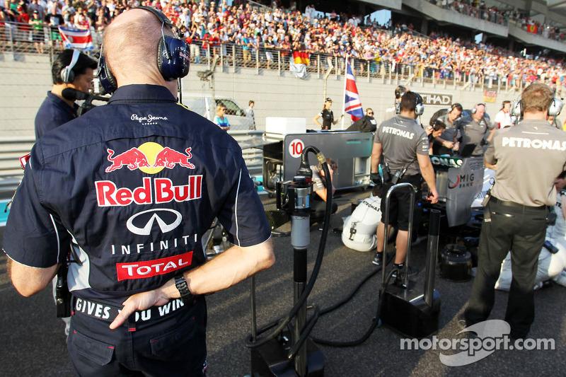 Christian Horner, Teambaas Red Bull Racing kijkt naar de Mercedes AMG F1 W04 van Lewis Hamilton, Mercedes AMG F1 op de grid