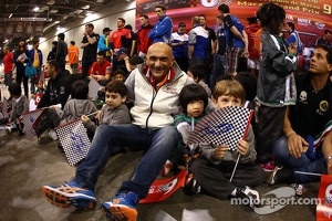 Gabriele Tarquini, Honda Civic, Honda Racing Team J.A.S. with young Fans