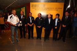 Franz Engstler, BMW E90 320i TC, Liqui Moly Team está doando seu total para o Museu de Macau GP na presença de Jean Todt, presidente da FIA, e João Manuel Costa Antunes, o coordenador da Comissão do Grande Prémio de Macau, e todo o gerente od o Macau