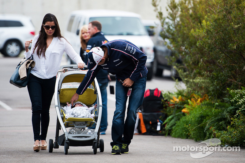 Pastor Maldonado, Williams with his wife Gabriele Tarkany and their baby daughter Victoria