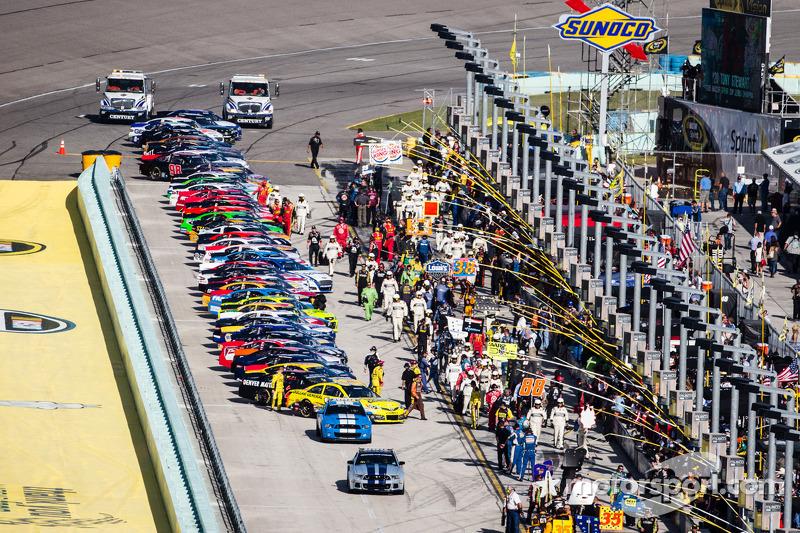 Auto's zijn klaar voor de pace laps