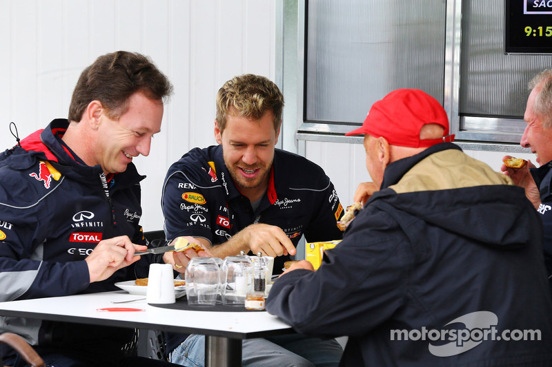 (L naar R): Christian Horner, Teambaas Red Bull Racing ontbijt met Sebastian Vettel, Red Bull Racing; Niki Lauda, Mercedes Non-Executive Chairman