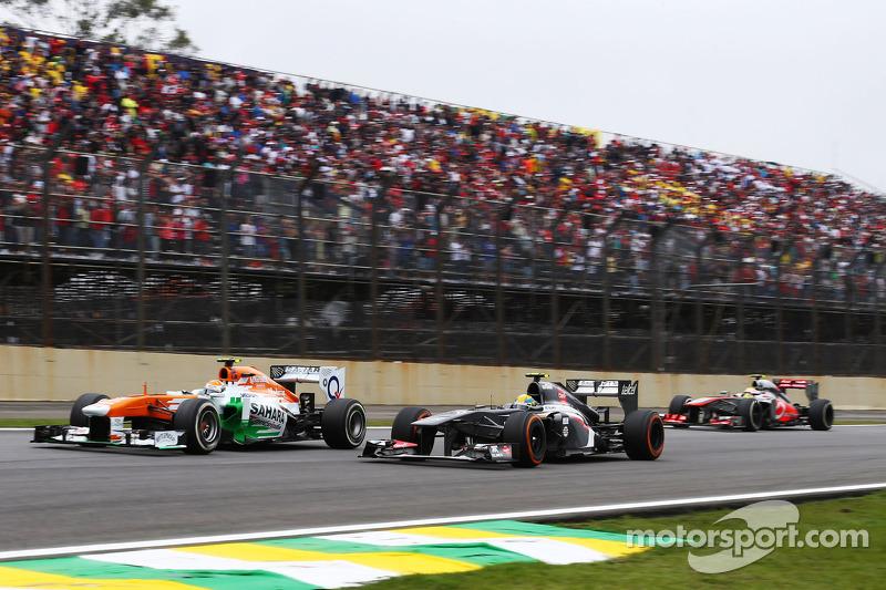 Adrian Sutil, Sahara Force India VJM06 en Esteban Gutierrez, Sauber C32 vechten om een plek