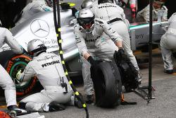 Lewis Hamilton, Mercedes AMG F1 para en pits después de chocar con Pastor Maldonado, Williams FW35