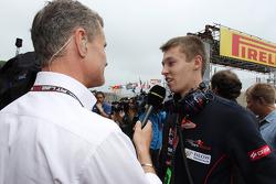 (Da esquerda para direita): David Coulthard, assessor da Red Bull Racing e Scuderia Toro Rosso / comentarista da BBC Television, com Daniil Kvyat, Scuderia Toro Rosso, no grid