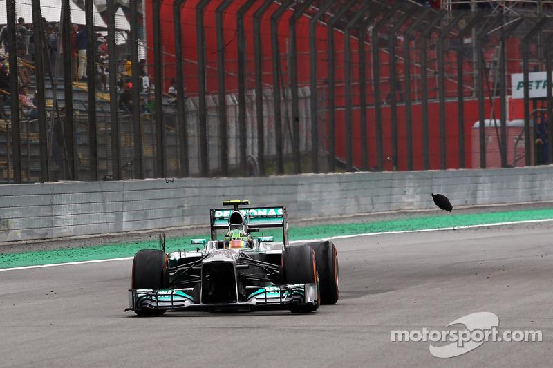 Lewis Hamilton, Mercedes AMG F1 W04 con un neumático trasero pinchado después del contacto con Valtt
