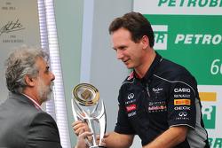Christian Horner, Chefe de equipe da Red Bull Racing, comemora no pódio