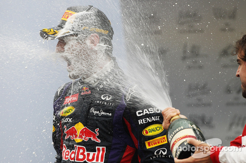 Mark Webber, Red Bull Racing celebra su segundo puesto y la final GP en el podio