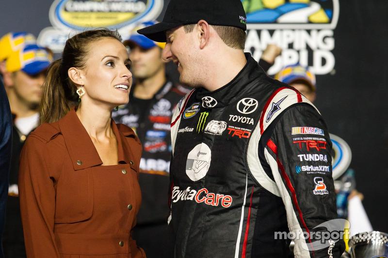 Championship victory lane: NASCAR Camping World Truck Series 2013 teameigenaar Kyle Busch met vrouw