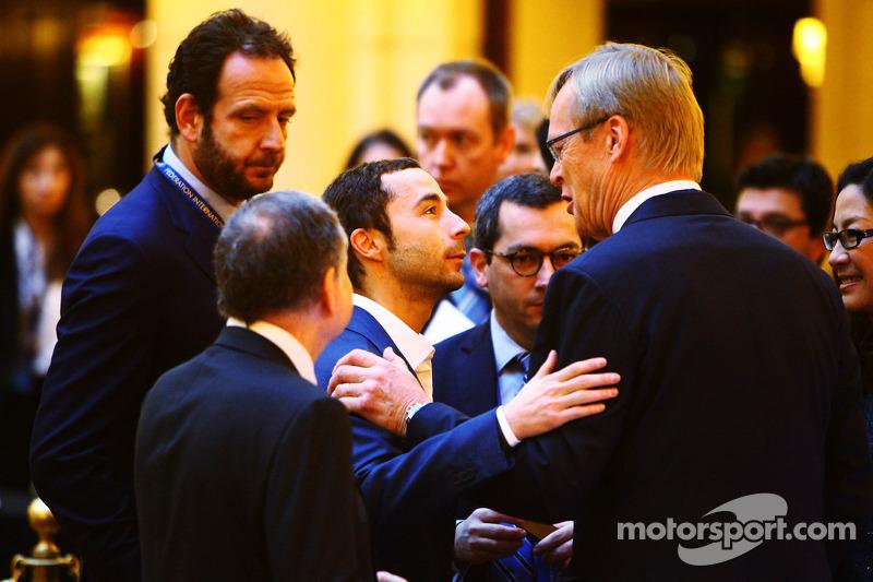 (L naar R): Jean Todt, FIA President met Nicolas Todt, Manager en Ari Vatanen, Voormalig wereldkampi