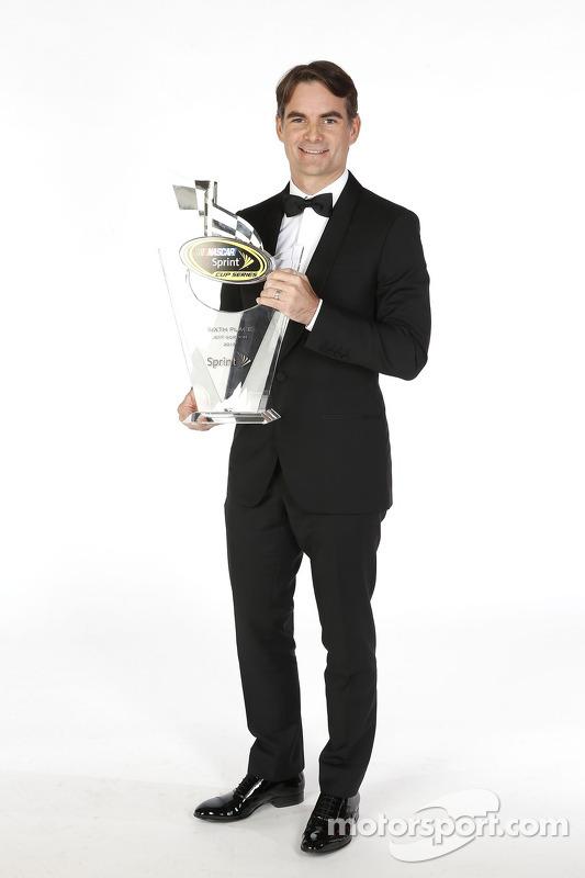 Jeff Gordon posa para as fotos com seu troféu de sexto colocado