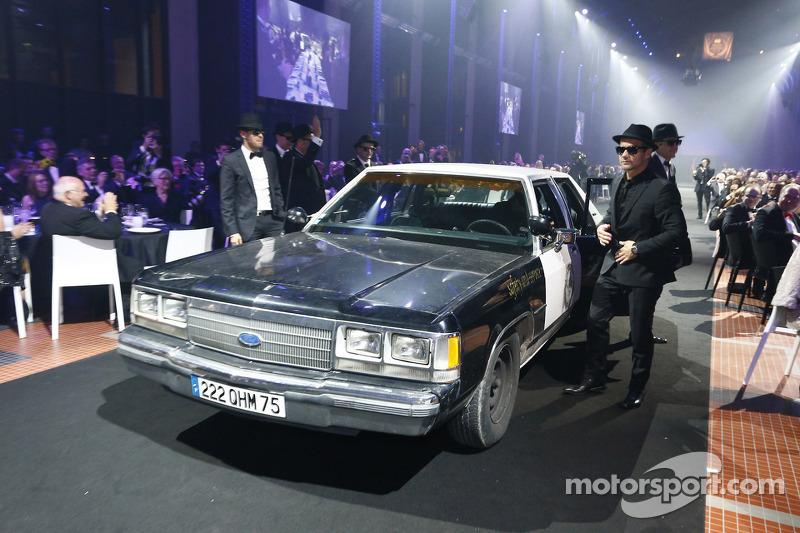 2013 FIA-kampioenen arriveren in Blues Brothers style