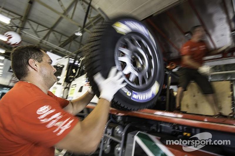 Membri del team Imperial Toyota Hilux portano gli pneumatici