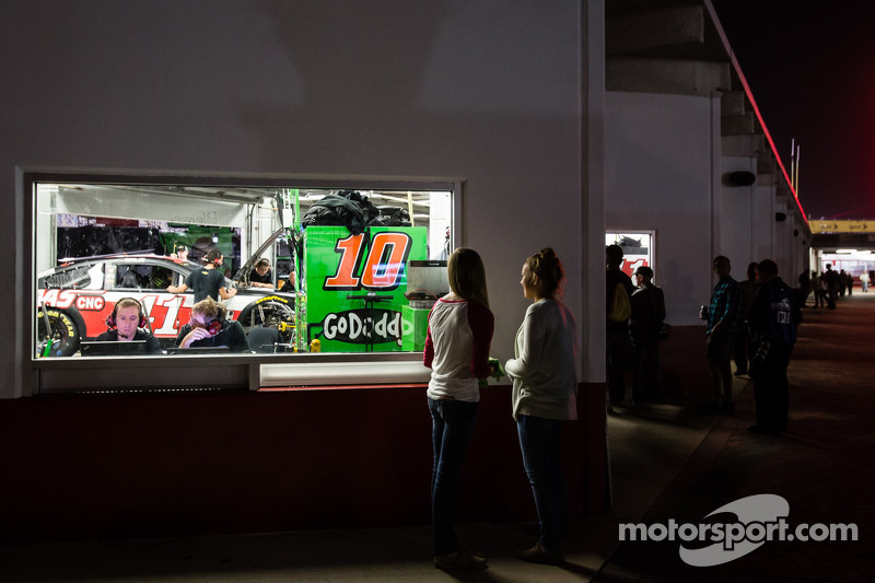 Una fan osserva il garage di Danica Patrick, Stewart-Haas Racing Chevrolet