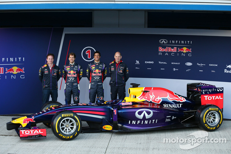 Christian Horner, Red Bull Racing Takım Patronu, Sebastian Vettel, Red Bull Racing, Daniel Ricciardo, Red Bull Racing ve Adrian Newey, Red Bull Racing Baş Teknik Sorumlusu yeni Red Bull Racing RB10 lansmanında